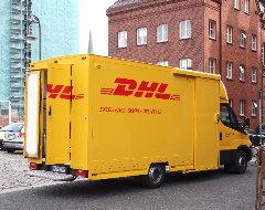 DHL Fahrzeug mit offener Tür