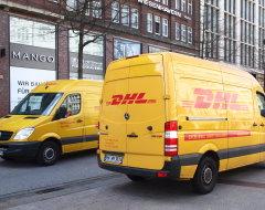 Begegnung zweier DHL-Fahrzeuge