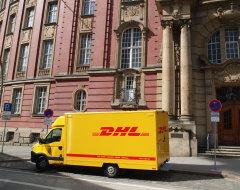 DHL-Lieferwagen in Hamburg vor Finanzbehörde