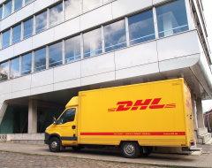 DHL-Iveco vor Bürogebäude