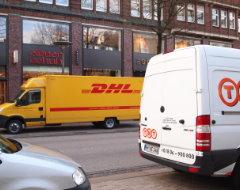 Paketautos von DHL und TNT Express