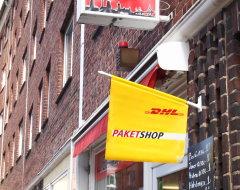 Werbeflagge eines DHL-Paketshops