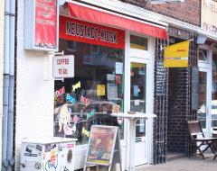 Kiosk mit DHL Paketshop
