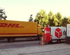 Fahrzeuge von DPD und DHL auf einem Foto