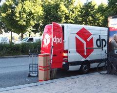 DPD-Zusteller entlädt Fahrzeug