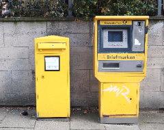 Briefkasten und Briefmarkenautomat