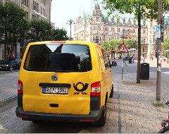 Parkendes Postauto vor dem Rathaus Hamburg