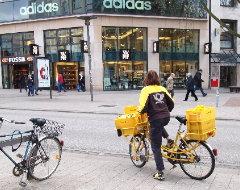 Postzustellerin mit Fahrrad