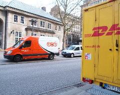 Fahrzeuge von DHL und TNT auf einem Foto