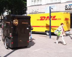 UPS-Lastenrad und DHL-Fahrzeug auf einem Foto